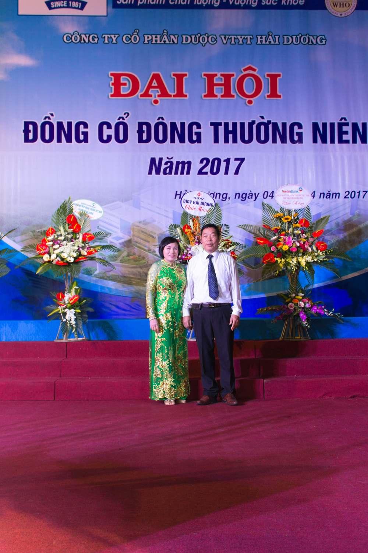 Tổng giám đốc Nguyễn Thị Tú Anh chụp ảnh tại đại hội